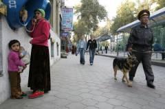 policier-en-patrouille-dans-une-rue-de-douchanbe-au-tadjikistan-le-4-novembre-2006.jpg